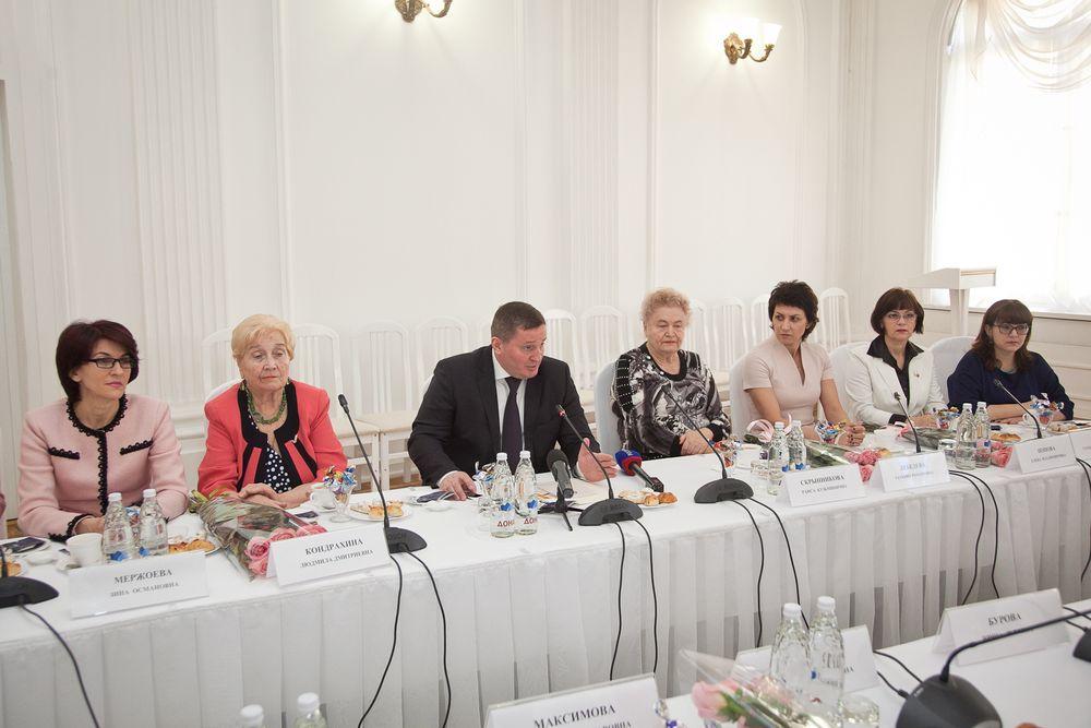 Андрей Бочаров поздравил волгоградок с8Марта