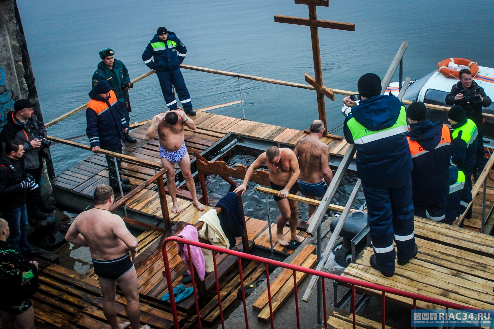 Волгоградцам рассказали, как правильно себя вести после купания в проруби