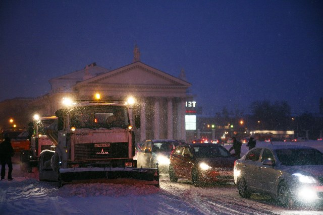 60 машин и100 рабочих вВолгограде вышли науборку снега