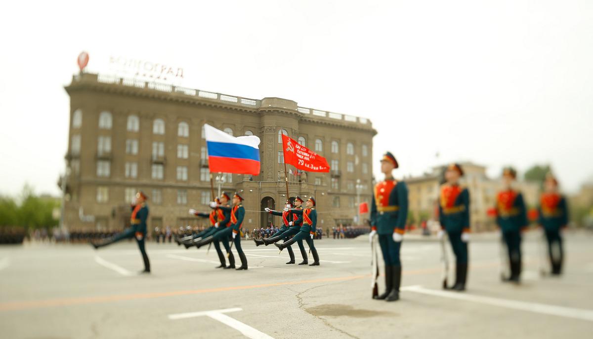 Парад в Волгограде откроют Государственный Флаг России и копия Знамени Победы