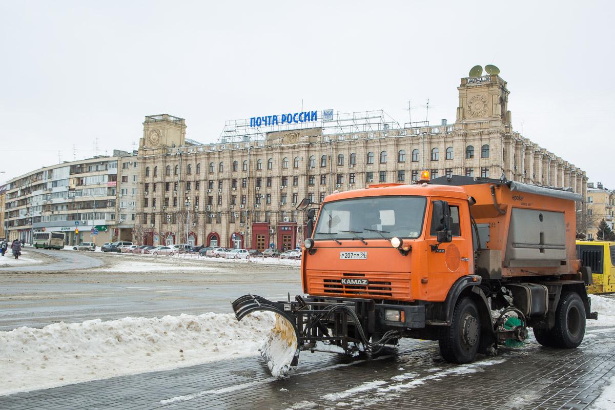 ВВолгограде 80 единиц специальной техники расчищают дороги отснега