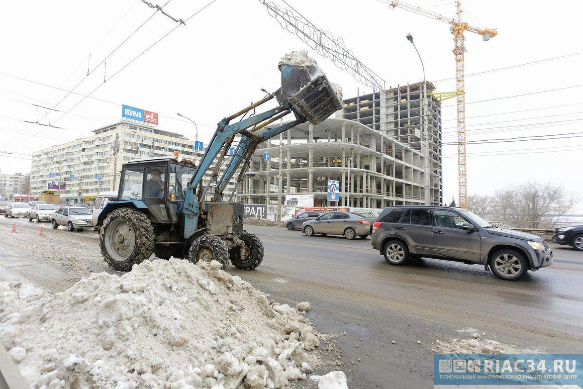Неменее 95 снегоуборочных машин чистят волгоградские улицы