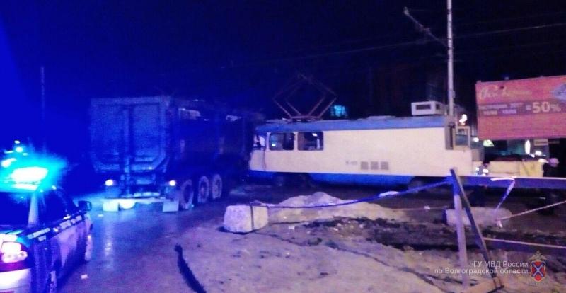 Вцентре Волгограда столкнулись грузовой автомобиль испецтрамвай