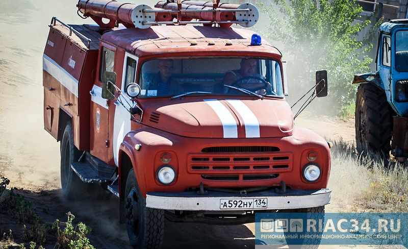 В селе Липовка под Волгоградом горели деревянный дом и гараж погиб мужчина