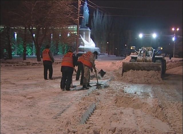 20 единиц специальной техники обрабатывают улицы Волгограда песком исолью