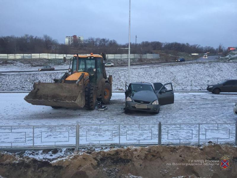 Вцентре Волгограда «Приора» влетела втрактор: шофёр убежал сместа ДТП