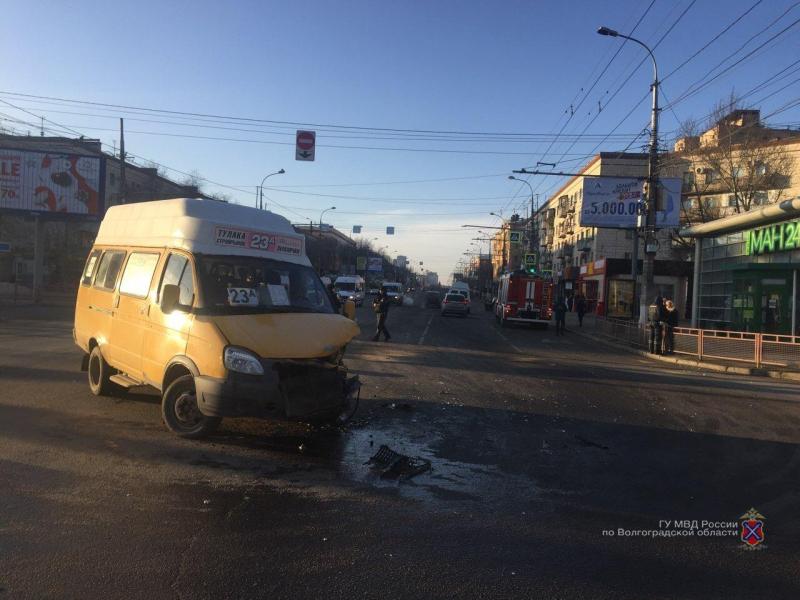 Втройном ДТП смаршруткой вВолгограде пострадали двое