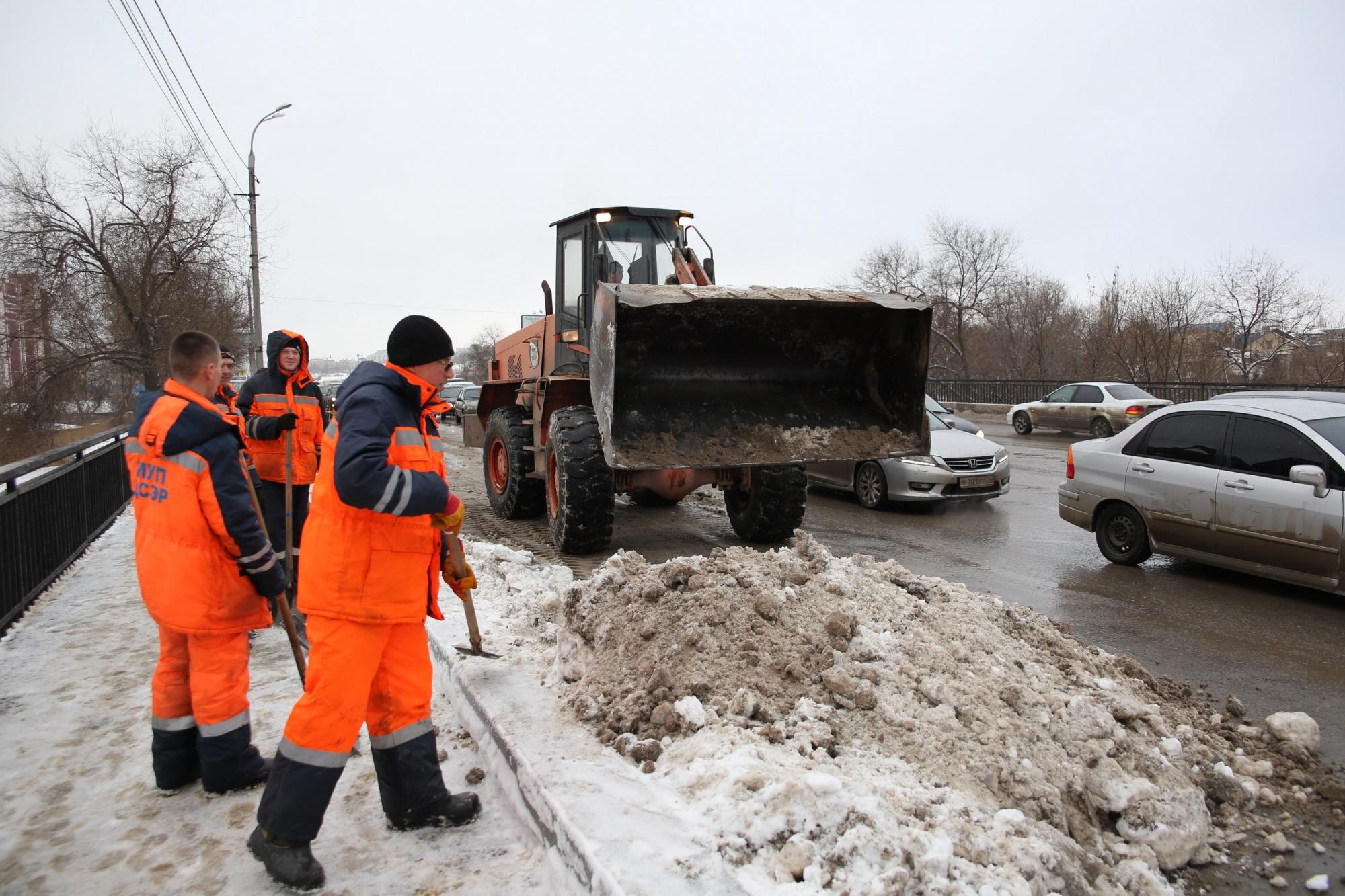 Улицы Волгограда ночью убирали 57 единиц спецтранспорта и30 рабочих