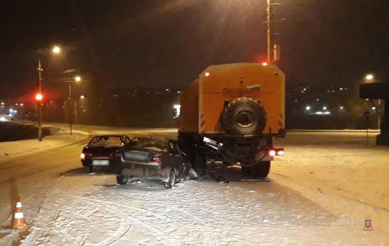 ВВолгограде нетрезвый шофёр въехал в грузовой автомобиль илегковушку