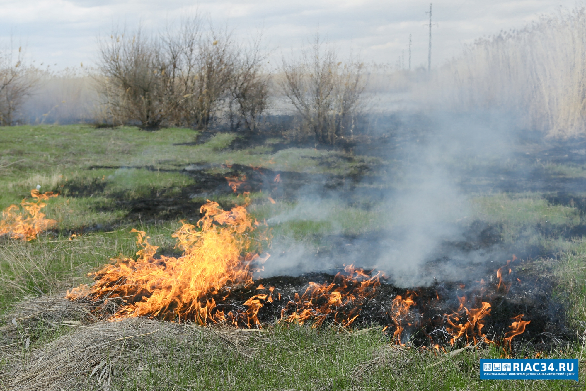 Помогать тушить ландшафтный пожар вВолгограде прилетел спецвертолет