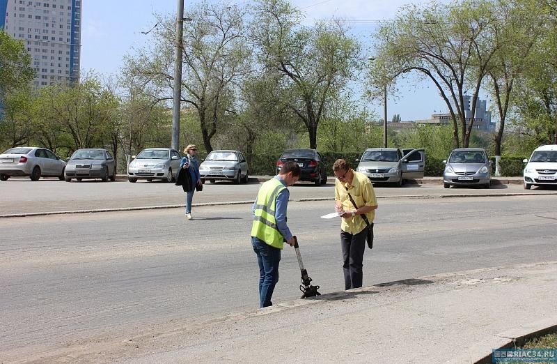 Вцентре Волгограда ямы ивыбоины срезали вместе сасфальтом улицы Краснознаменской