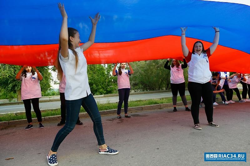 День Российской Федерации вВолгограде начался смощного автозвука