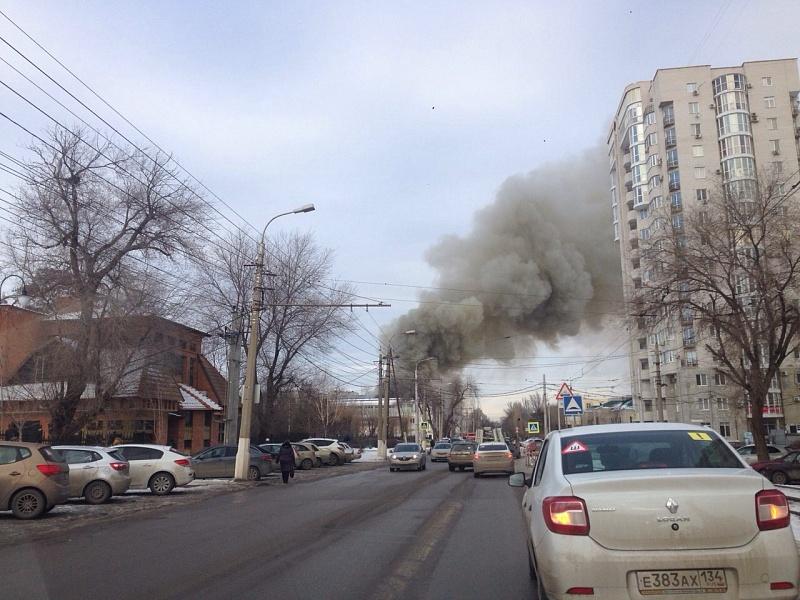 В Ворошиловском районе Волгограда пламя охватило здание около «торгушки»